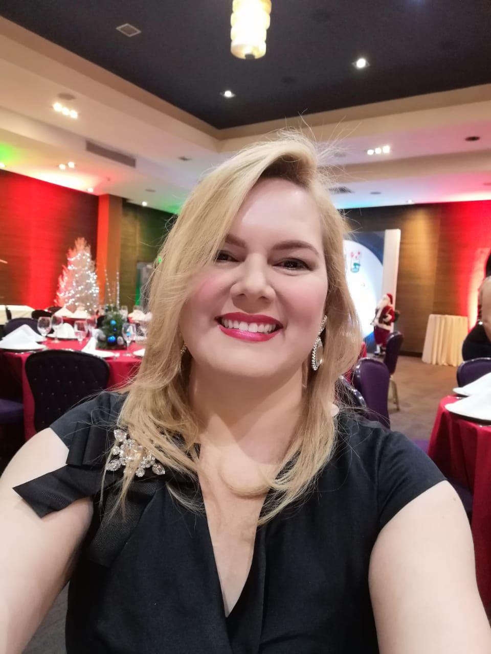 """Denisse Sánchez es una visionaria muy versátil y talentosa. Cuenta con una licenciatura en Administración de empresas y con conocimientos en diferentes áreas de la gestión de negocios y el marketing digital, el diseño gráfico y la fotografía.  Inició su trayectoria profesional en la carrera de bienes raíces y varios años después se lanzó al mercado de forma independiente con su propia empresa, Land Broker RD. Su pasión por el mundo de la tecnología le llevó –además- a crear la empresa Mujer Digital, un proyecto diseñado para aportar a emprendedoras y al público en general a conocer herramientas tecnológicas, de crecimiento personal y productividad empresarial.  Según Denisse, el haber emprendido con dos empresas ha sido un proceso en el que la confianza en Dios, la disciplina, el trabajo duro, la constante capacitación y el enfoque en los objetivos planteados, han sido la clave que le ha garantizado el éxito de permanencia en el mercado.  En cuanto el papel a la mujer en la sociedad de hoy, entiende que el empoderamiento femenino es una situación que trae cambios positivos que se hacen cada vez más evidentes. """"El empotramiento de las mujeres se está expandiendo con responsabilidad, habilidad y orgullo en nuestra sociedad"""", subrayó."""
