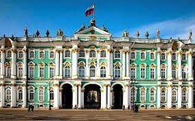 El Museo del Hermitage de San Petersburgo, Rusia, es una de las mayores pinacotecas y museos de antigüedades del mundo. La colección del museo ocupa un complejo formado por seis edificios situados a la orilla del río Neva, siendo el más importante de estos el Palacio de Invierno, residencia oficial de los antiguos zares. El resto del complejo arquitectónico lo forman cinco edificios, entre los que se encuentran el Palacio Menshikov, el Edificio del Estado Mayor y un recinto para almacenamiento abierto. El museo se formó con la colección privada que fueron adquiriendo los zares durante varios siglos, y no fue hasta 1917 cuando fue declarado Museo Estatal.  Su colección, formada por más de tres millones de piezas, abarca desde antigüedades romanas y griegas, a cuadros y esculturas de la Europea Occidental, arte oriental, piezas arqueológicas, arte ruso, joyas y armas. Su pinacoteca está considerada una de las más completas del mundo. El museo es uno de los más grandes del mundo. Fuente externa