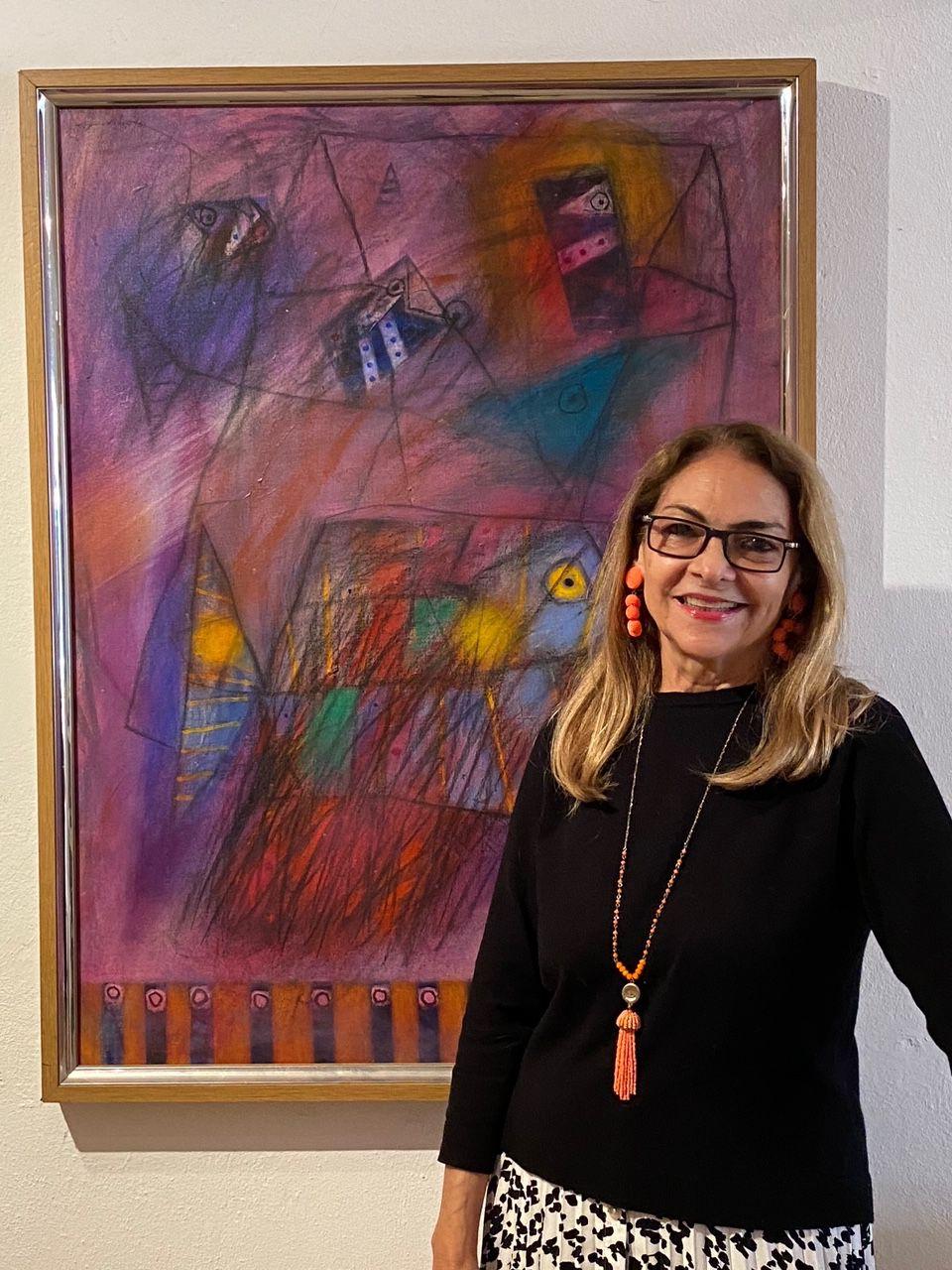 """Mildred Canahuate Payan es directora de la Galería de Arte Arawak, la cual fundo en el 1981 y desde donde se dedica a a promoción y venta de obras de arte a través de un amplio programa de exposiciones y actividades diversas que realiza en el país así como en galerías de arte e instituciones culturales internacionales. """"Desde Arawak realizamos un trabajo de asesoría, catalogación y valorización de colecciones de arte, personales y corporativas, que estamos realizando desde hace más de dos décadas"""", añadió. Su amor por las artes plásticas le llevó, junto a sus dos hijas, a crear la -en 1994- la Fundación de Arte Arawak con el propósito de valorizar y difundir el dibujo como uno de los medios artísticos más importantes y esenciales en el arte, incentivando su producción y su adquisición por medio de concursos, ferias y exhibiciones de dibujo. También realizan proyectos culturales que incluyen paseos, diálogos con artistas y críticos de arte, paneles de discusión, visita a exposiciones y museos, así como cursos y talleres de arte para niños adultos. Para este 2021 celebran el 40 aniversario de la fundación de la Galería de Arte Arawak, un hecho que aseguran se debe diferentes factores: el amor por lo que hacen, la innovación, el trabajo en equipo y la relación cordial y cercana que mantienen con los artistas plásticos, críticos de arte, galerías, gestores culturales, medios de comunicación y coleccionistas.  A los jóvenes y adultos visionarios que desean hacer realidad sus proyectos les aconseja, primero que nada a estar seguros de lo que realmente quieren lograr en su vida profesional y mantenerse firmes en sus metas, desarrollar un plan de trabajo a corto mediano y largo plazo y darle continuidad a lo planificado, escuchando y valorando sugerencias y opiniones de los demás.  Finalmente expresó que es importante """"ser perseverante, mantener siempre una actitud positiva y de colaboración con los demás y tener en cuenta que la responsabilidad, seriedad y honradez son fun"""