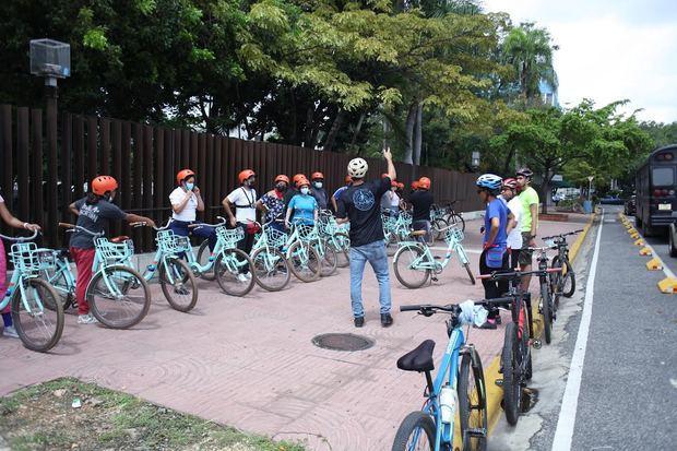 nvitados durante el recorrido por motivo del día internacional de la bicicleta.