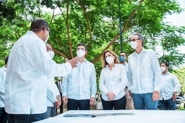 Christopher Paniagua junto a Carolina Mejía y José Mármol conversaron con los encargados de construcción.