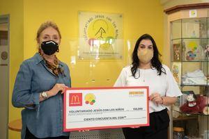 Vilsa Rodríguez, del Voluntariado recibe el donativo de María Amelia Antuña, Gerente de Mercadeo.