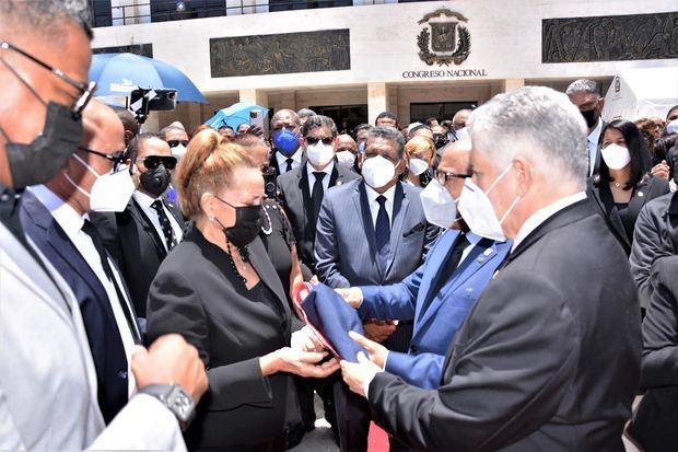 Josefina Ventura, Eduardo Estrella, Alfredo Pacheco junto a otros dirigentes en la explanada frontal del Palacio del Congreso Nacional.
