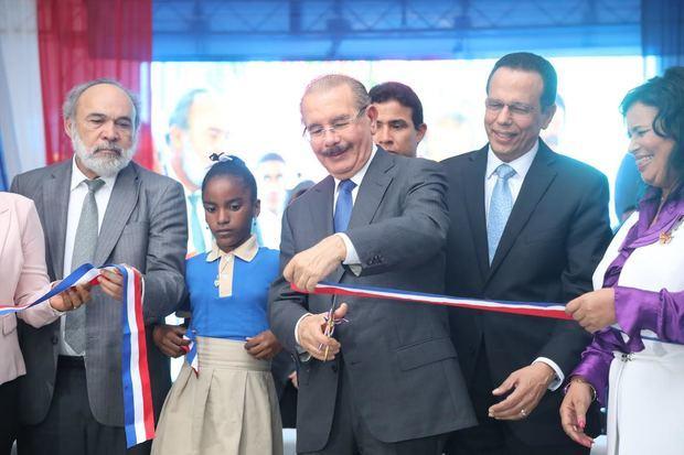 Presidente Medina en el corte de cinta del nuevo centro educativo de 29 aulas en el municipio de Guerra, para 945 estudiantes.
