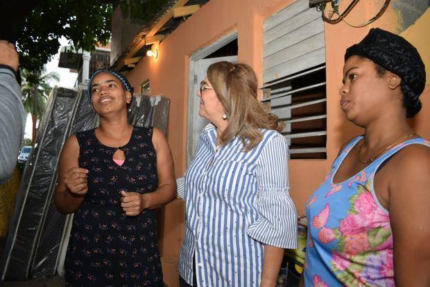 Iris Guaba en en auxilio de varias familias que  perdieron sus casas, fruto de varios incendios ocurridos en los sectores de Villa Juana y Los Alcarrizos.