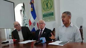 Eleuterio Martínez, Roberto Cassa, Luis Scheker Ortiz y Luis Carvajal, presentan la denuncia de los residentes en Jarabacoa y la Academia de Ciencias de RD.