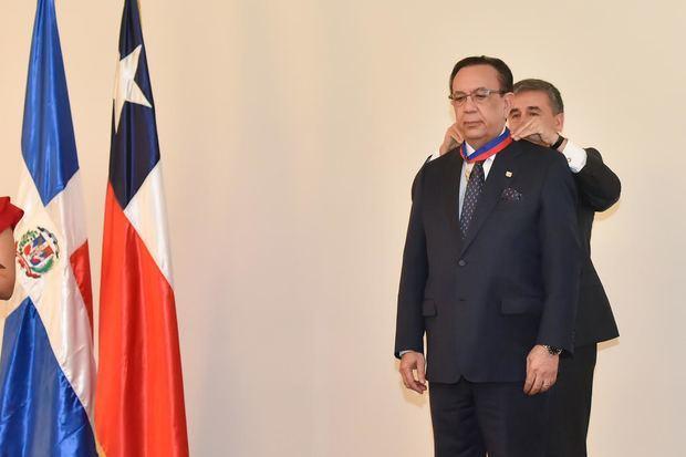 Valdez Albizu recibió condecoración Orden Bernardo O'Higgins en grado Gran Oficial