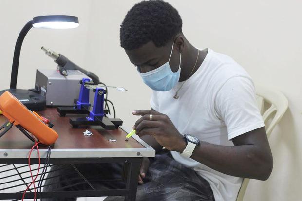 Centros Tecnológicos Comunitarios capacitan a jóvenes en reparación de celulares.