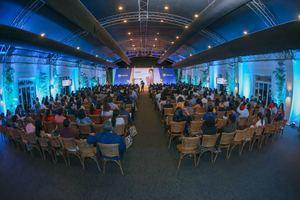La conferencia se realizó en el Garden Tent del hotel El Embajador con una masiva asistencia de personas.