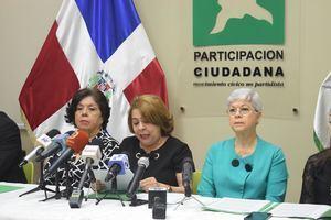 La coordinadora general de la entidad, Sonia Díaz Inoa junto a miembros de PC, durante la rueda  de prensa.