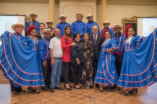El embajador de RD en Guatemala, José Osvaldo Leger, junto a funcionarios y miembros del ballet folklórico del Ministerio de  Turismo de Santo Domingo