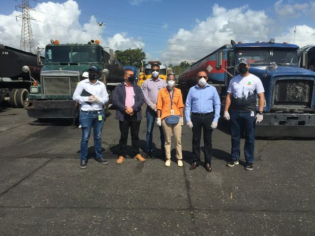 Medio Ambiente inspecciona 29 camiones tanqueros detenidos por Aduanas en el muelle de Haina
