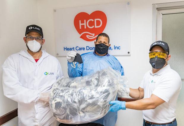 Martín Rodríguez, gerente de promoción y marketing de Cardiopharm; Hensel Contreras, de Heart Care Dominicana y Anubis Cáceres, gerente de promoción y marketing Laboratorios LAM, durante la entrega del donativo.