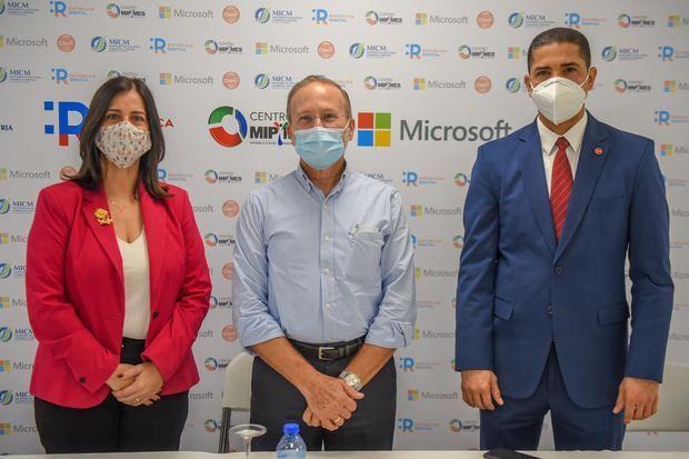 Ana Patricia Mejía country manager de Microsoft Dominicana, viceministro de MICM, Ignacio Méndez y Virgilio Castillo, director de Servicios Administrados y Cloud de Claro.