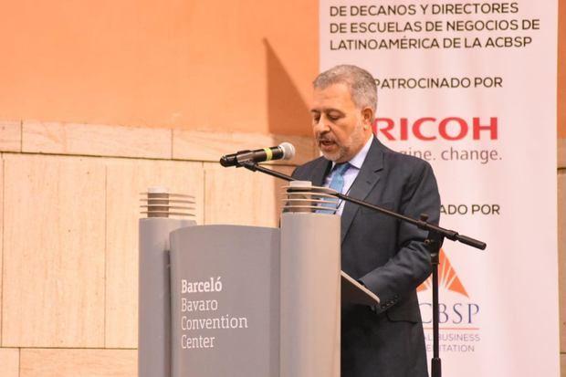 Presidente de Asociación Herrera llama a escuelas de negocios replantear su misión
