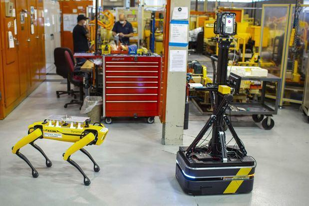 Ford está arrendando dos robots, apodados Fluffy y Spot, a Boston Dynamics, una compañía reconocida por construir sofisticados robots móviles.