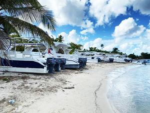 ADETURBYS, que agrupa el 95 % de las pequeñas, medianas y grandes empresas operadores de tours, embarcaciones, actividades y excursiones de La Romana, Catalina, Bayahíbe e Isla Saona.