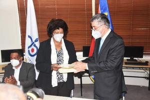Ynalda Mercedes Castillo Sandoval, presidenta del CDP junto a Lic. Roberto Santana Sánchez, presidente de la Cámara de Comercio Domínico-China.