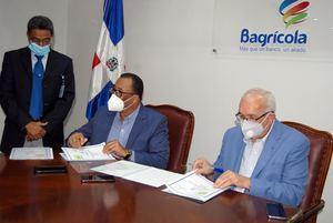 Suscriben el acuerdo para prestar 650 millones de pesos a las cooperativas agropecuarias y de producción, los licenciados Franco de los Santos, por IDECOOP y Fernando Durán, por el Bagrícola.