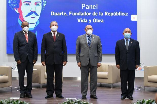 Junto al director del INFOTEP, Rafael Santos Badía, Presidente del Instituto Duartiano, Wilson Gómez Ramírez, el general Demóstenes Félix Paniagua y el poeta, Mateo Morrison.