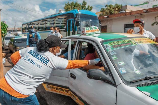 ADN coloca lavamanos móviles en paradas de autobuses entrega mascarillas para prevenir Covid-19 en asueto