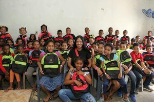Delores Sánchez junto a niños beneficiados por la fundación.