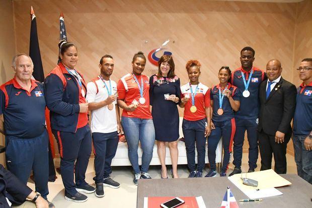 Robin S. Bernstein embajadora de Estados Unidos, junto a atletas ganadores de medallas en los juegos Panamericanos Lima 2019.