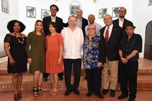 Ministro de Cultura, Arq. Eduardo Selman, junto a los artistas en la colección colectiva celebración gráficas a la Cuentística de Juan Bosch.