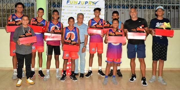 FUNJUPRE entrega tenis a equipo infantil baloncesto CLUDEN campeón de Santiago