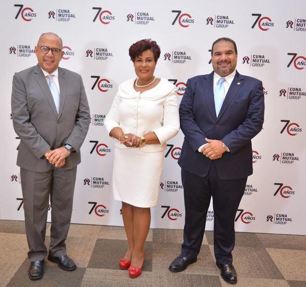 Super intedente de Seguros en compañía de ejecutivos del sector cooperativista.