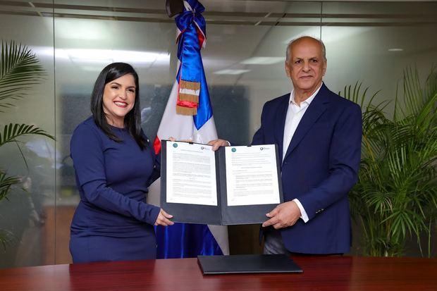 Biviana Riveiro Disla, Directora Ejecutiva de ProDominicana, Danilo Del RosarioDirector General de IAD.