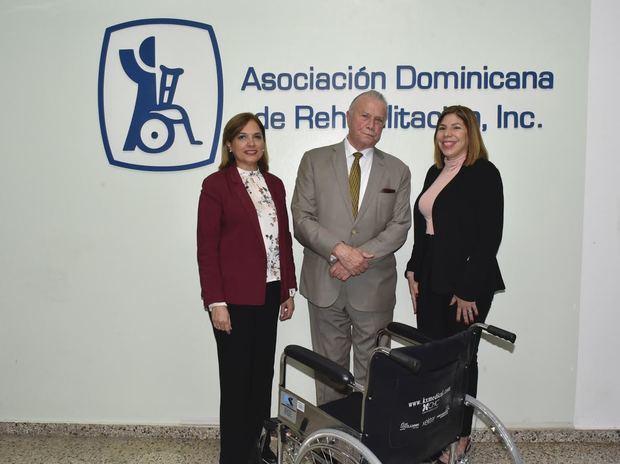 Rosanna Madera, Arturo Pérez Gavino y Jacquelyn Coss Nivar, durante el donativo.