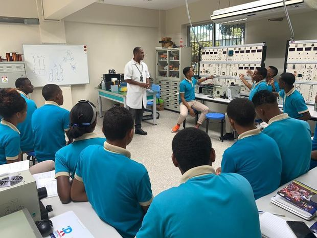 Jóvenes reciben capacitación técnico profesional como plan piloto para conversión de liceos en politécnicos