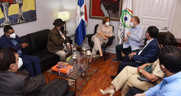 EduardoSelman recibe en su despacho a la nueva ministra de Cultura, Carmen Heredia y comitiva.