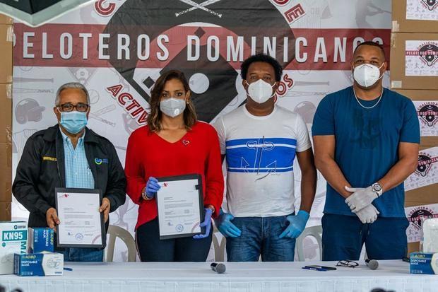 Dr. Rafael Sánchez Cardenas, Carolina Cruz de Martínez, Pedro Martínez y Francisco Cordero.