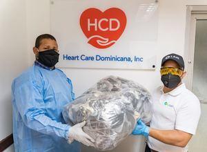 Hensel Contreras, de Heart Care Dominicana y Anubis Cáceres, de Laboratorios LAM, en la entrega de los insumos.