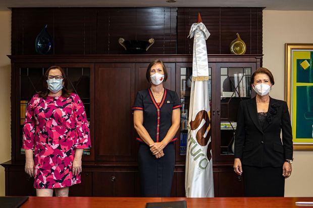 Janet Camilo, Shauna Hemingway y Melba Segura de Grullón.