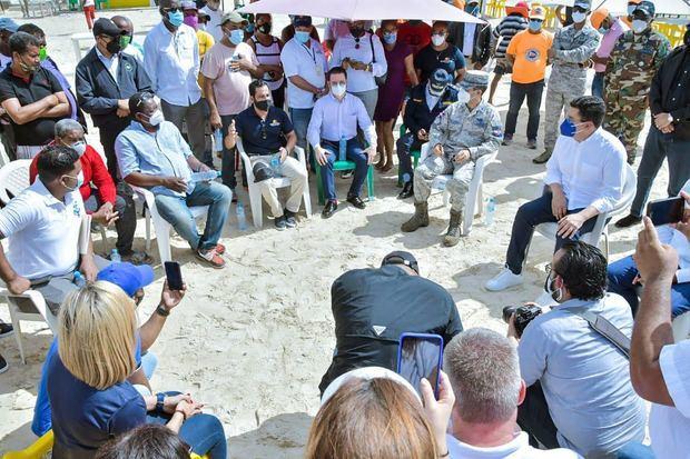 David Collado, reunido con autoridades y residentes de las playas para escuchar sus inquietudes y necesidades.