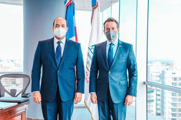 Ministro Bisonó trabaja para colocar productos y servicios dominicanos en el exterior junto a embajadores de RD