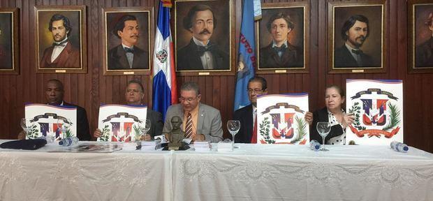 El presidente del Inst. Duartiano Wilson Gómez Ramírez junto a otros directivos.