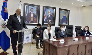 Ministro de educación, Roberto Fulcar agradece la donación de Mascarillas.