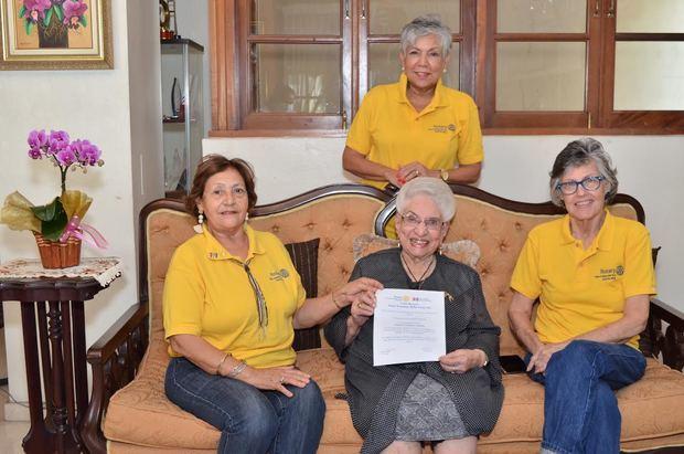 Miriam Ortega, Olga de los Santos y Marta Olivares entregan reconocimiento a María Cristina Camilo.