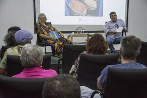 El sociólogo Carlos Andújar y el folclorista Dagoberto Tejeda durante el coloquio celebrado en el Centro Cultural Banreservas.