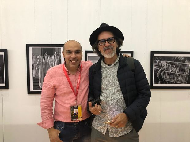 El artista visual dominicano Kelvin Naar junto al curador cubano Nelson Ramirez de Arrellano, durante el reciente festival Internacional de Fotografía de Pingyao, China.