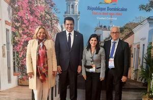 El ministro de Turismo, David Collado, con Rosa Hernández de Grullón, Biviana Riveiro Disla y Andrés L. Mateo tras la inauguración del pabellón dominicano en la Feria Top Resa, de París.