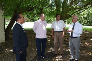 Durante su visita en la Escuela Nacional de Bellas Artes, el ministro Eduardo Selman, acompañado del viceministro Cayo Claudio Espinal; el director de la escuela, Chiqui Mendoza, y el arquitecto Tácito Cordero.