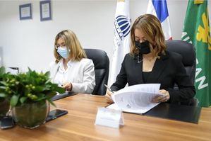 Durante la firma del convenio con el programa Supérate