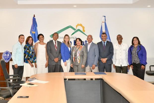 Miembros de la Corporación Zona Franca Industrial Puerto Plata (CZFIPP) y la Universidad Autónoma de Santo Domingo, UASD, en la firma del convenio.