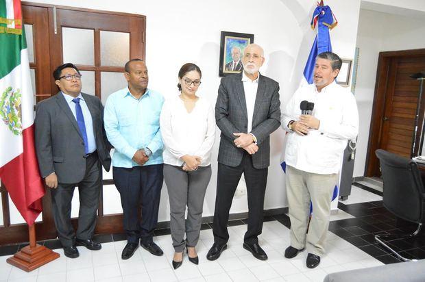 Rubén Fuentes, Gilberto García, Raquel García, Antonio Acosta y Carlos Peñafiel Soto.