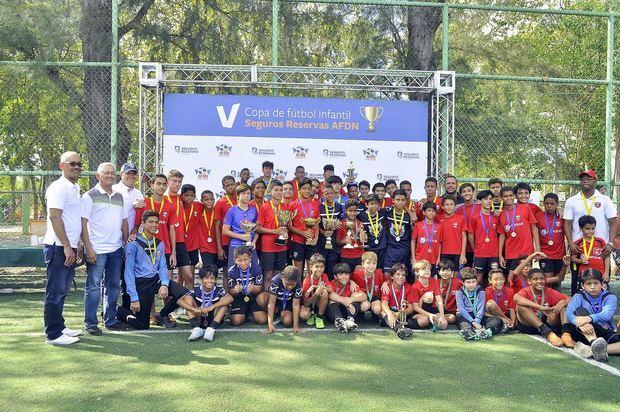 Seguros BanReservas entrega la V Copa de Fútbol Infantil